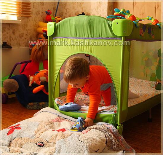 ребенок вылезает из кроватки Bertoni через специальный лаз