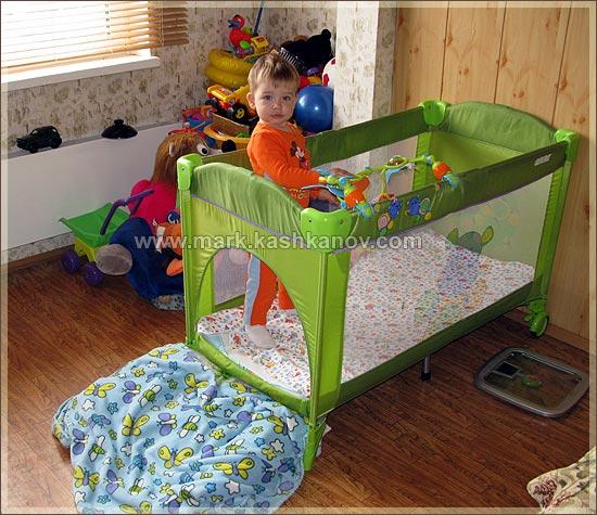 ребенок в кроватке манеже Bertoni